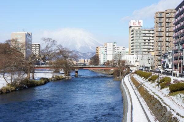 Blick über den Kitakami-Fluß zum Vulkan Iwate