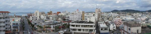 Stadtzentrum von Ishigaki. Links der Hafen (mit der Insel Iriomote im Hintergrund), rechts die Berge im Norden.