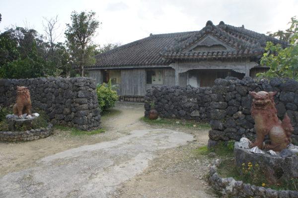 Traditionelles Haus - mit Shisa