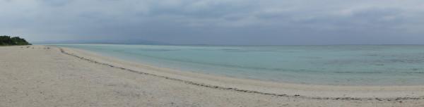 Panorama der Kondoi-Bucht. Im Hintergrund schwach zu erkennen: Die Insel Iriomote.