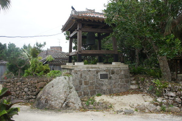 Denkmal mit Glocke im Dorf