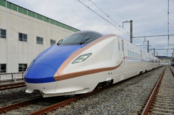Hokuriku-Shinkansen im Bahnhof Tokyo