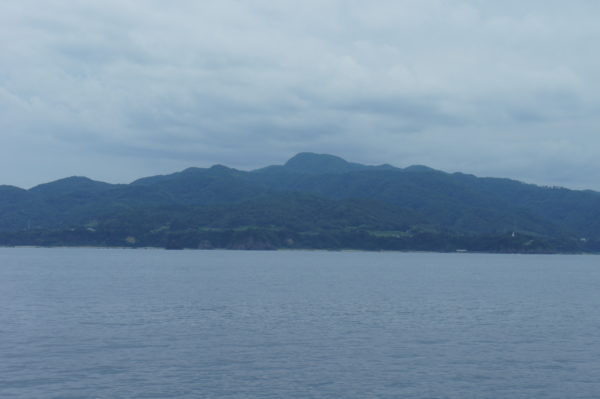 Insel Sado vom Meer aus gesehen