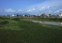 Blick über den Nakanokuchi-Fluss Richtung Berge