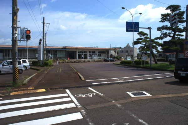 Bahnhof und Bahnhofsvorplatz von Tsubame