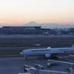 Am Flughafen Haneda -- im Hintergrund der Fuji-san