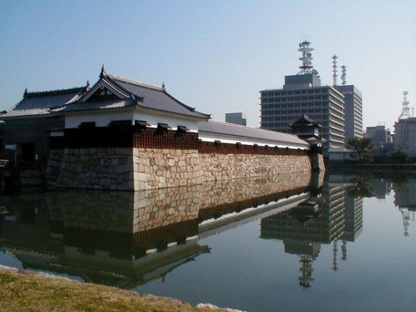 Mauer und Graben der Burg von Hiroshima