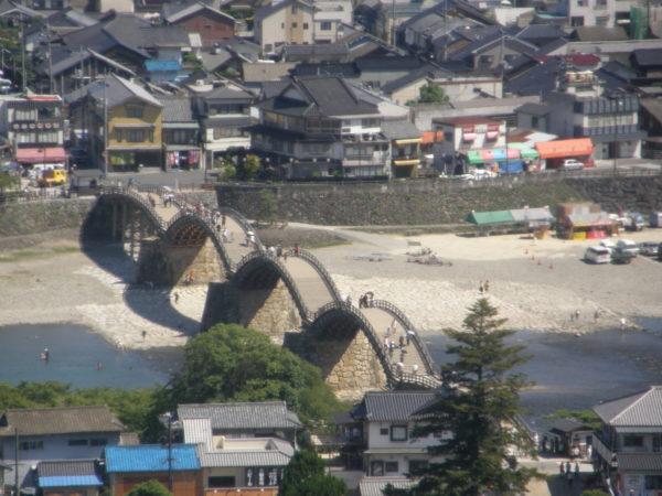 Blick von der Burg von Iwakuni auf die markante Kintai-Brücke