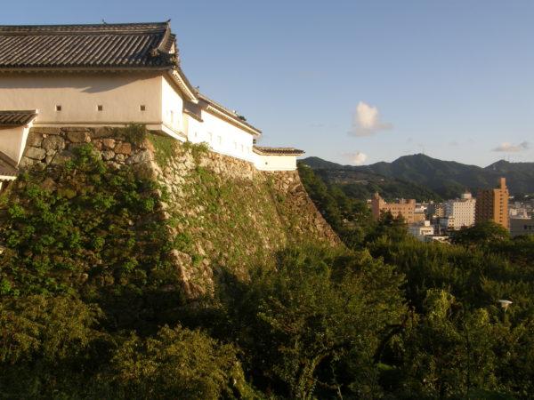 Die imposante Außenmauer der Burg von Kochi