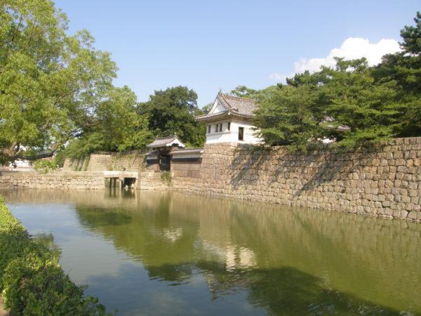 Burggraben und Yagura der Burg von Marugame