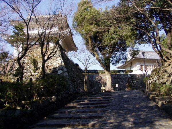 Treppe und Yagura der Burg von Inuyama