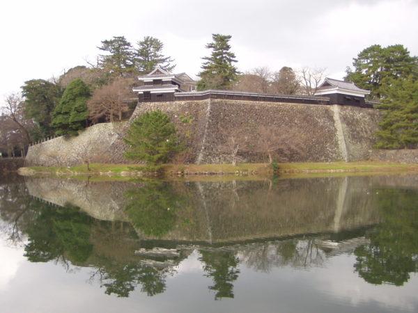 Wassergraben, Mauern und restaurierte Yagura des Matsue-jō