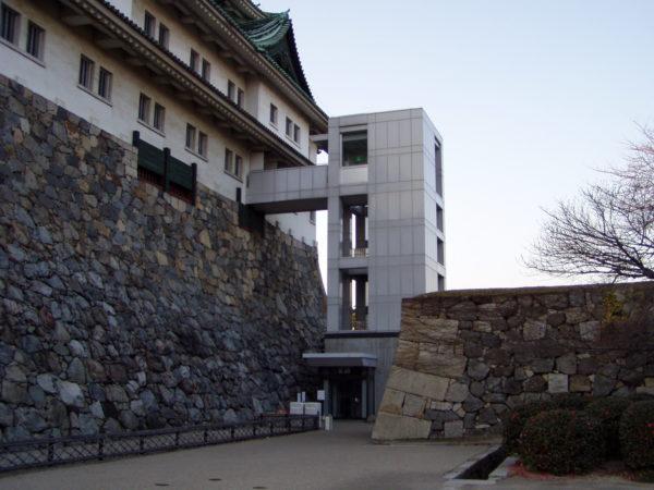 Bausünde: An die Burg von außen angepappter Fahrstuhl