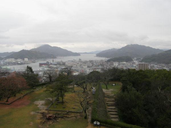 Blick über den Burgpark auf die Stadt und den Hafen
