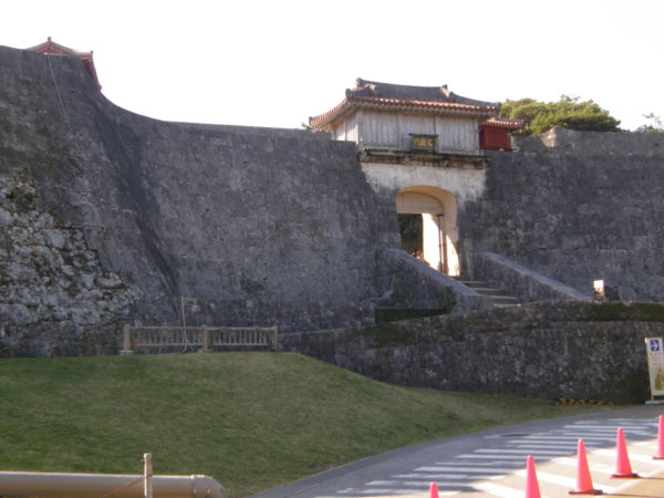 Imposante Außenmauer der Burg Shuri