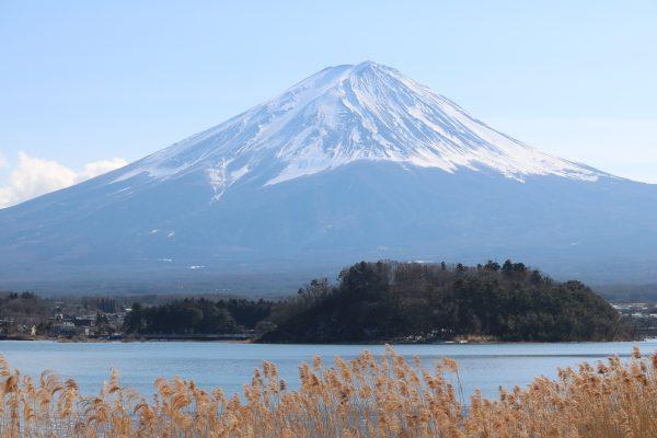 Blick von den 5 Seen bei Fuji-Yoshida auf den Gipfel (Februar)