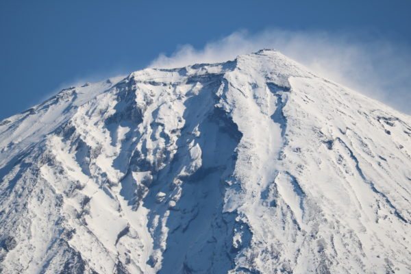 Gipfel des Fuji-san, vom Westen aus gesehen. Gut sichtbar am rechten Rand: Die alte Wetterstation
