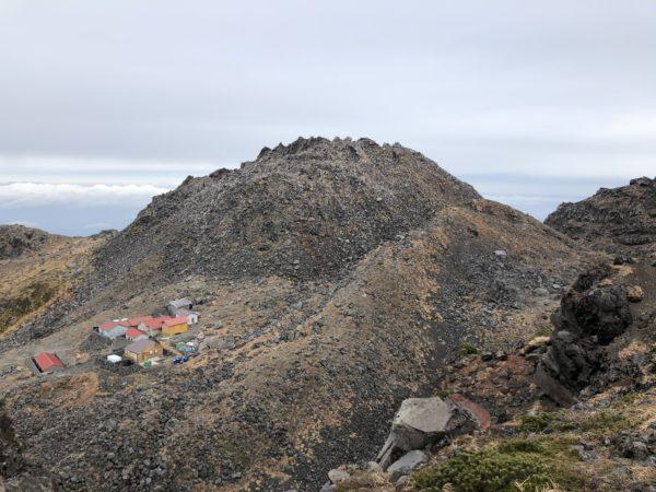 Schrein und Berghütte unterhalb des Hauptgipfels