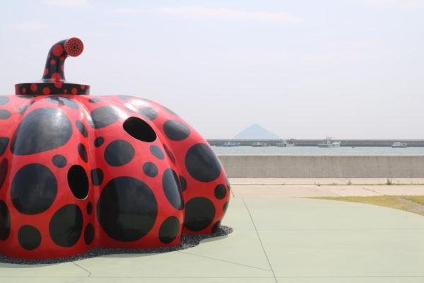 Einer der beiden Kusama-Kürbisse auf Naoshima