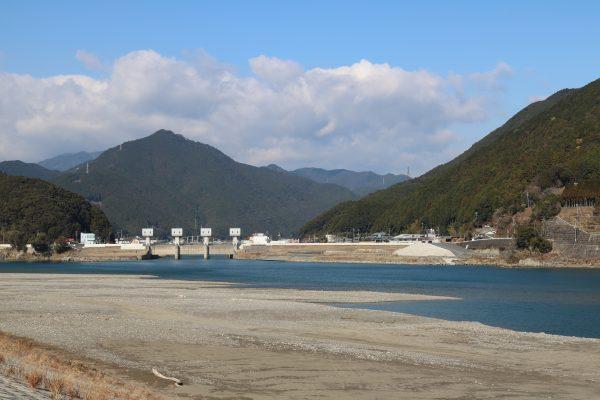 Der Kumano-Fluss bei Shingu. Am anderen Ufer beginnt die Präfektur Mie.