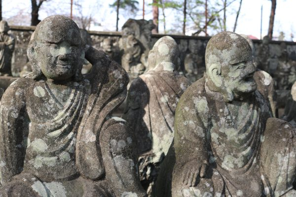Detailansicht der 500-Rakan-Statuen