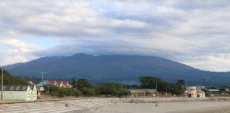 Blick vom Strand des Japanischen Meeres auf den Vulkan Chokaisan