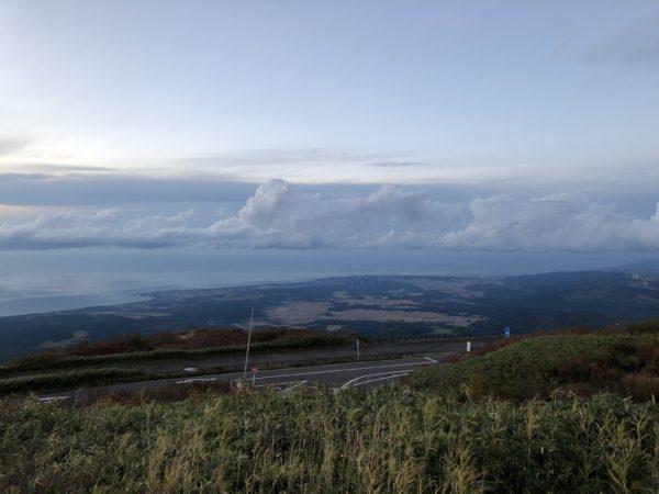 Blick von halber Höhe auf das Japanische Meer und die Stadt Nikaho