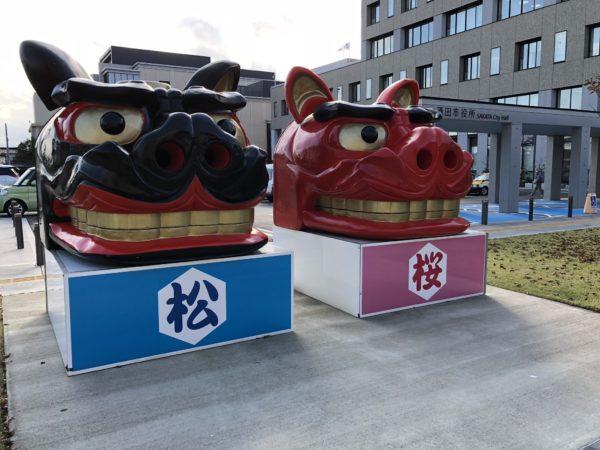 Ōjishi-Figuren vor dem Rathaus von Sakata
