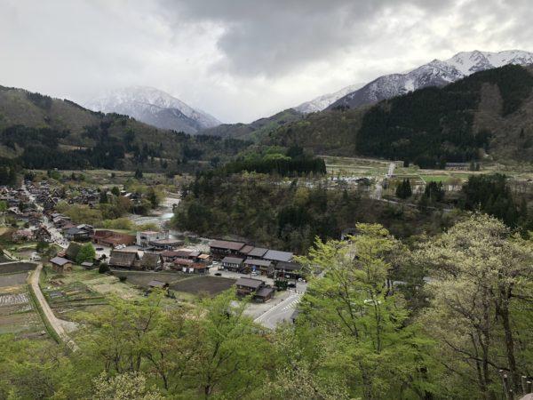Selbst im Mai sind die Berge rund um Shirakawa-go noch weiss