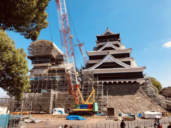 Wiederaufbau der Burg von Kumamoto: Hier ist schweres Gerät im Einsatz
