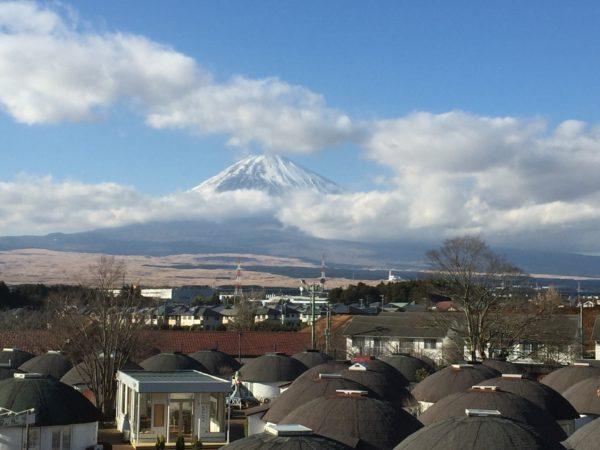 Blick von Gotemba Richtung Fuji. Gut erkennbar: Der Truppenübungsplatz in der linken Bildmitte (die gelbe Fläche)