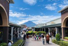 In den Gotemba Premium Outlets - im Hintergrund der Fuji-san