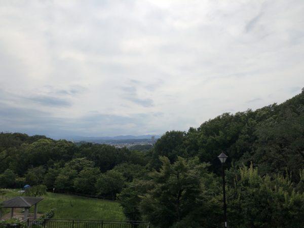 Blick vom Sakuragaoka-Park über die Stadt Tama Richtung Berge