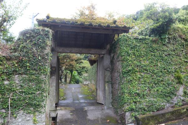 Eingang zu einem alten Anwesen