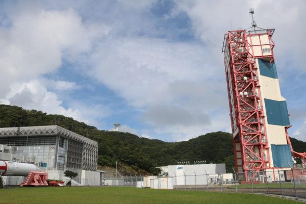 Abschussrampe und Rakete im Space Center Uchinoura
