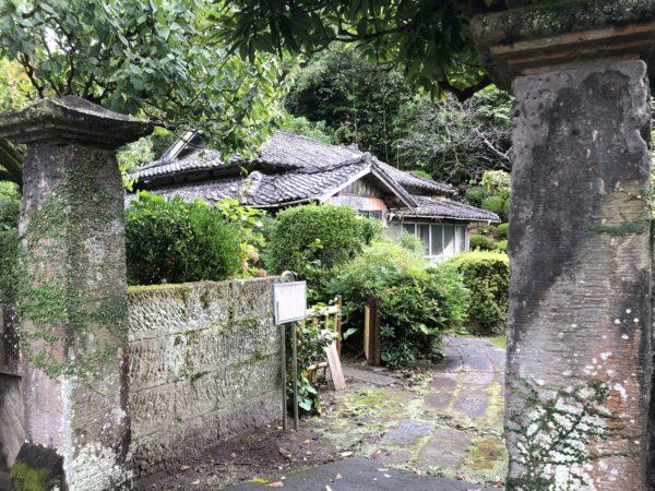 Es gibt viele alte Anwesen in der Nähe der alten Burg