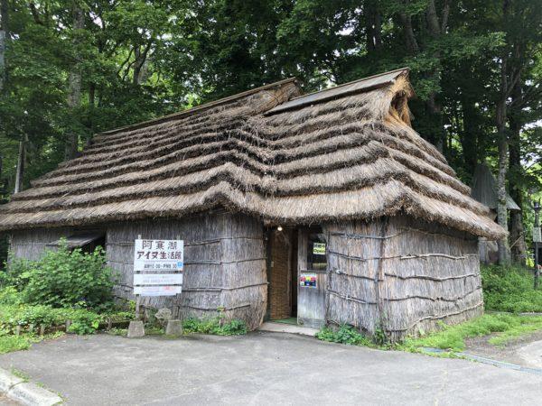 Nachbau eines traditionellen Ainu-Wohnhauses (im Akan Kotan)