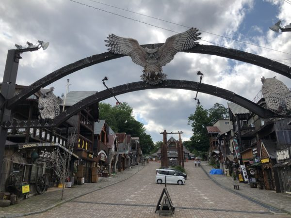Eingang und zentraler Platz des Ainu-Dorfes von Akan