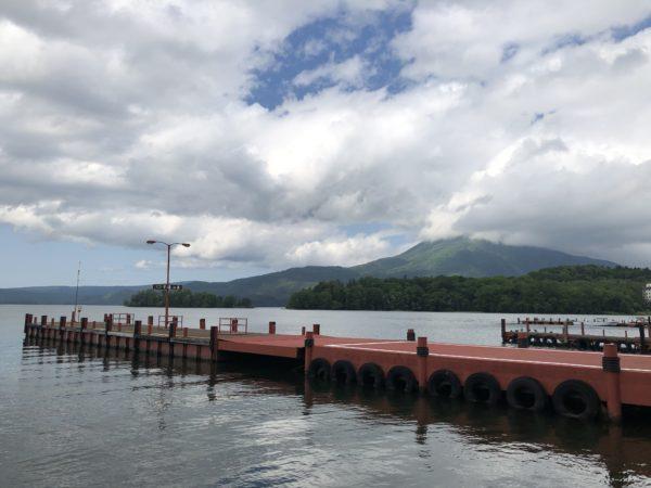 Bootsanlegestelle am Akaon-See, mit dem Oakan-dake im Hintergrund
