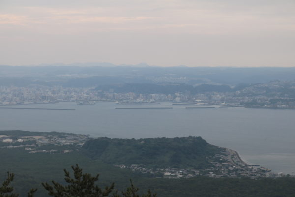 Blick vom Sakurajima auf die Stadt Kagoshima