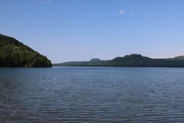 Der Kussharo-See. Links die Wako-Hauptinsel