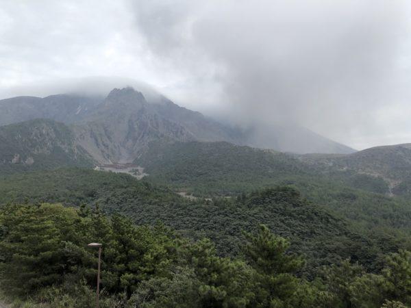 Blick von Yunohira auf den Vulkan Sakurajima - mit Aschewolke in der rechten Bildmitte