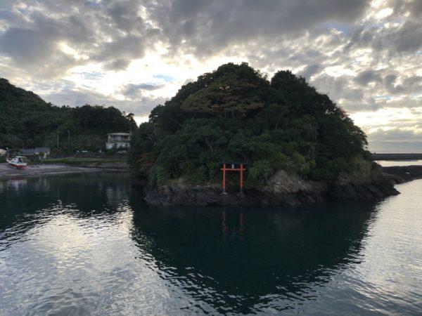 Kleiner Torii am Hafen von Nejime