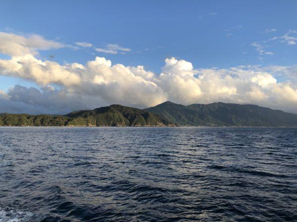 Blick von der Fähre auf die Berge der Westküste der Osumi-Halbinsel