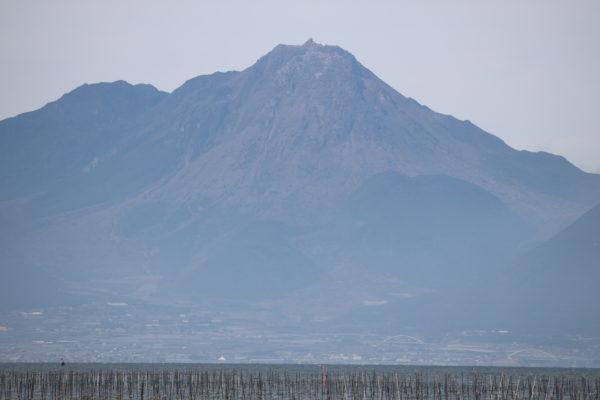 Der hochexplosive Vulkan Unzen-Dake auf der anderen Seite der Meeresenge