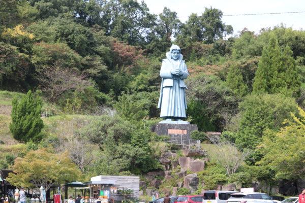 15 Meter hohe Statue von Amakusa Shirō, Anführer eines Aufstandes der Christen (Shimabara-Aufstand) in Amakusa. Shirō wurde nach langer Belagerung seiner Burg gefasst und sein Kopf monatelang in Nagasaki zur Schau gestellt.