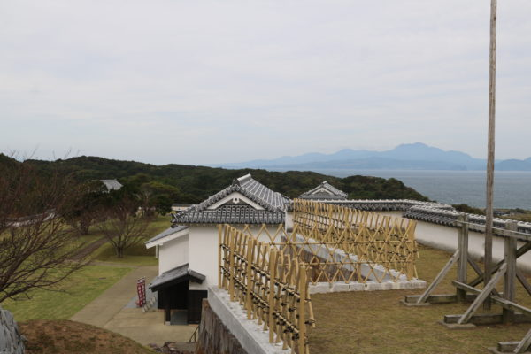 Blick über den Burginnenhof Richtung Nagasaki