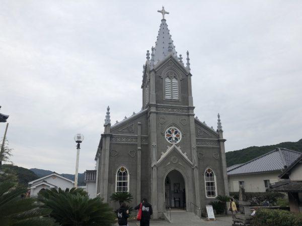 Kirchturm und Eingang der Sakitsu-Kirche