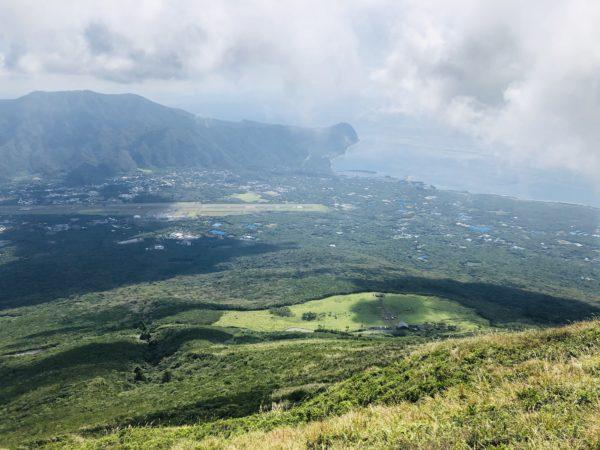 Blick vom Krater Richtung Flughafen und Südostteil der Insel