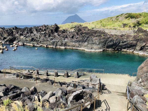 Yaene-Schwimmbad - im Hintergrund sieht man die Schwesterinsel, die Hachijō-Kojima